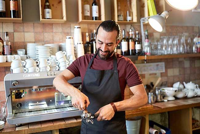 Barista Mann macht Espresso